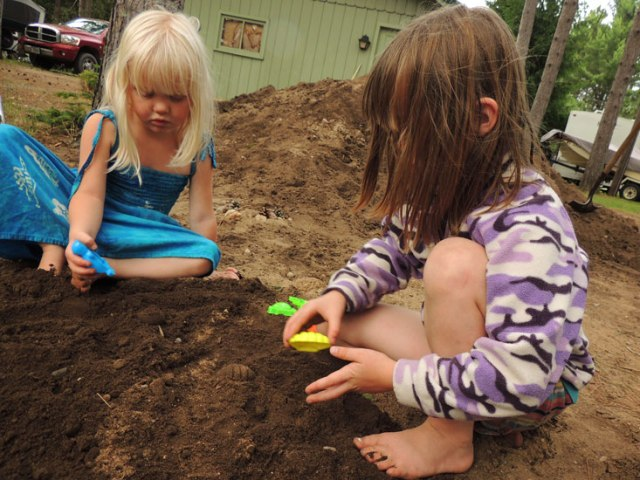 Clara and Jane playing in the dirt