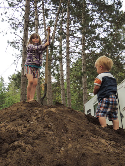 Clara and Jonas on the dirt pile